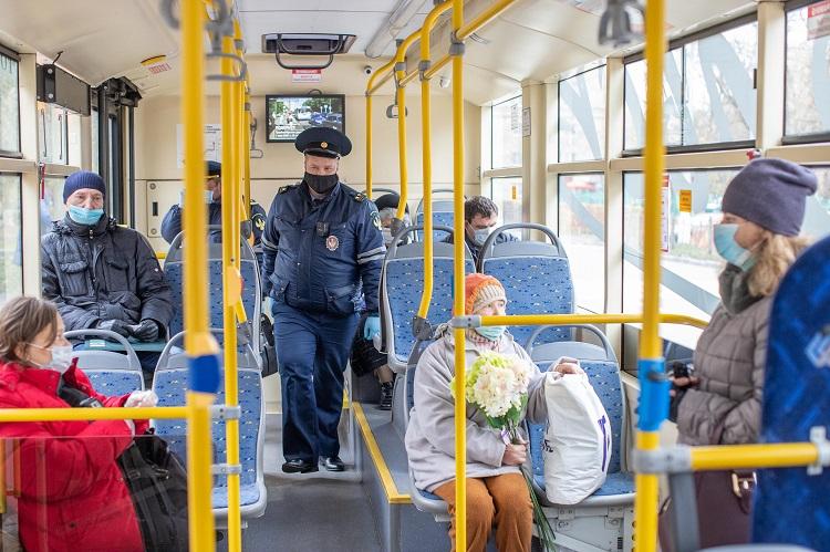 """В общественном транспорте начинаются """"масочные"""" рейды."""